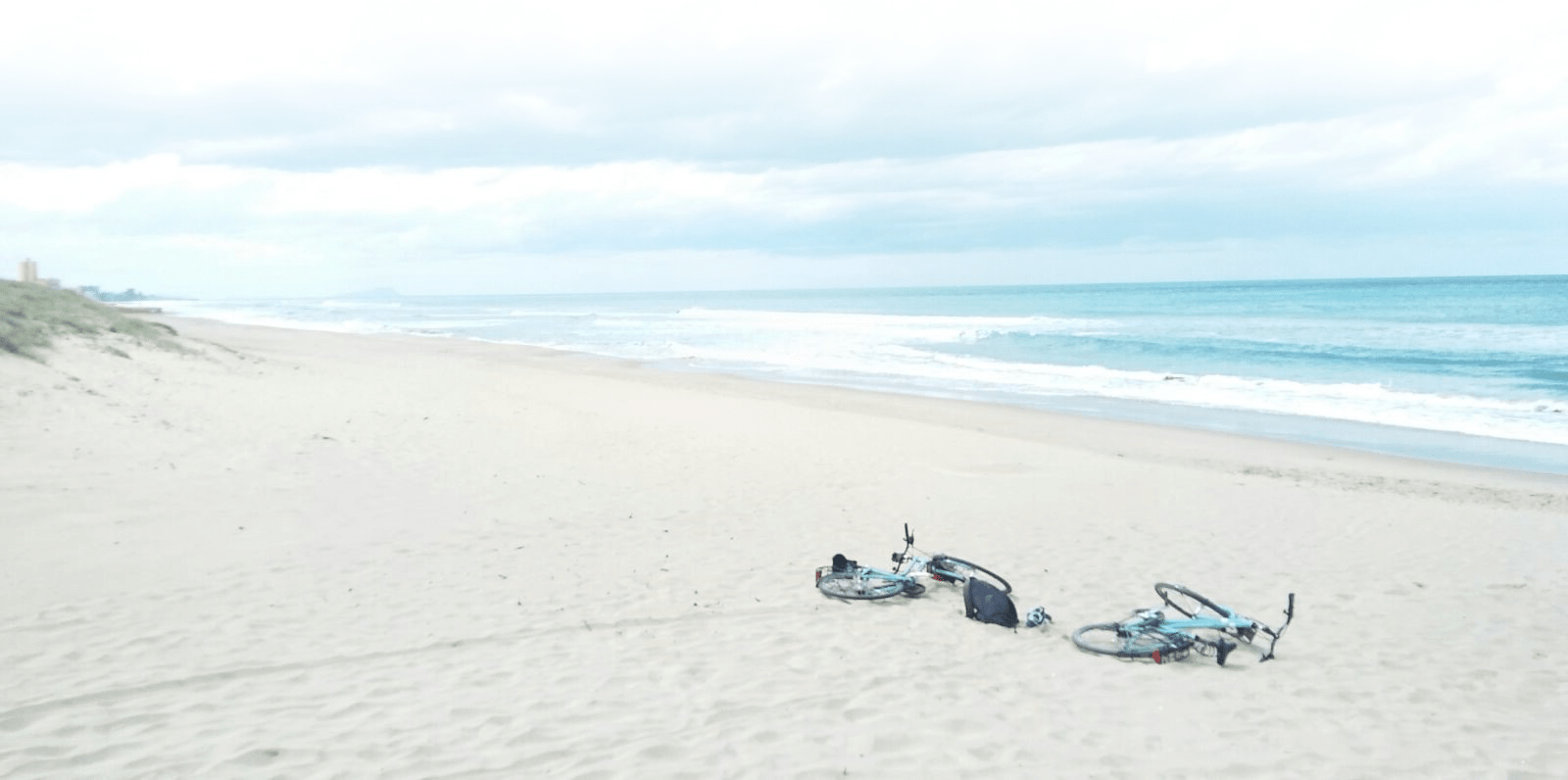 Bicis en una playa de Valencia